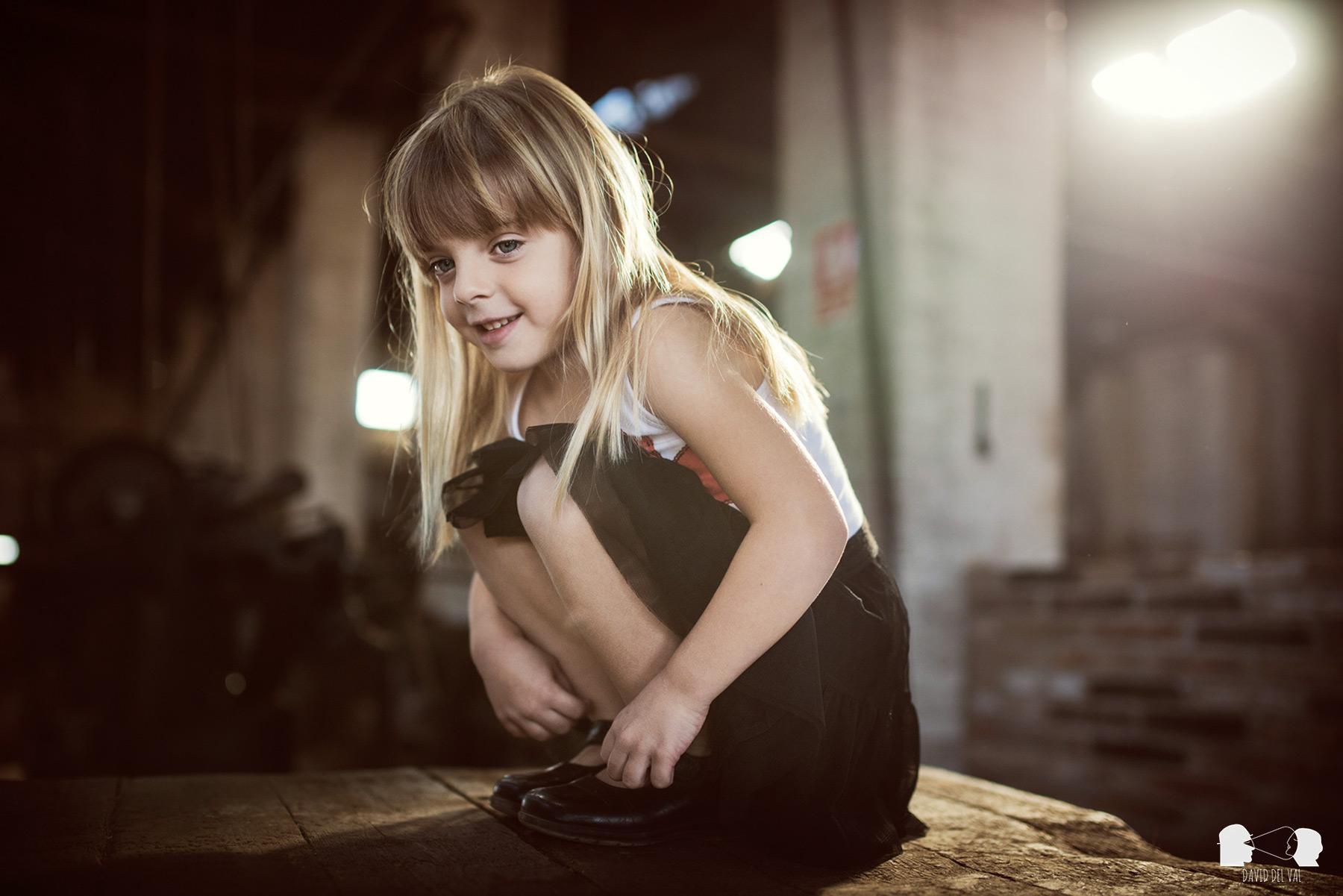 sessio-de-familia-exterios-casa-rural-fabrica-museu-trepat-albert-bardina-fotograf-de-nens-sessio-embaras-ambaraçada