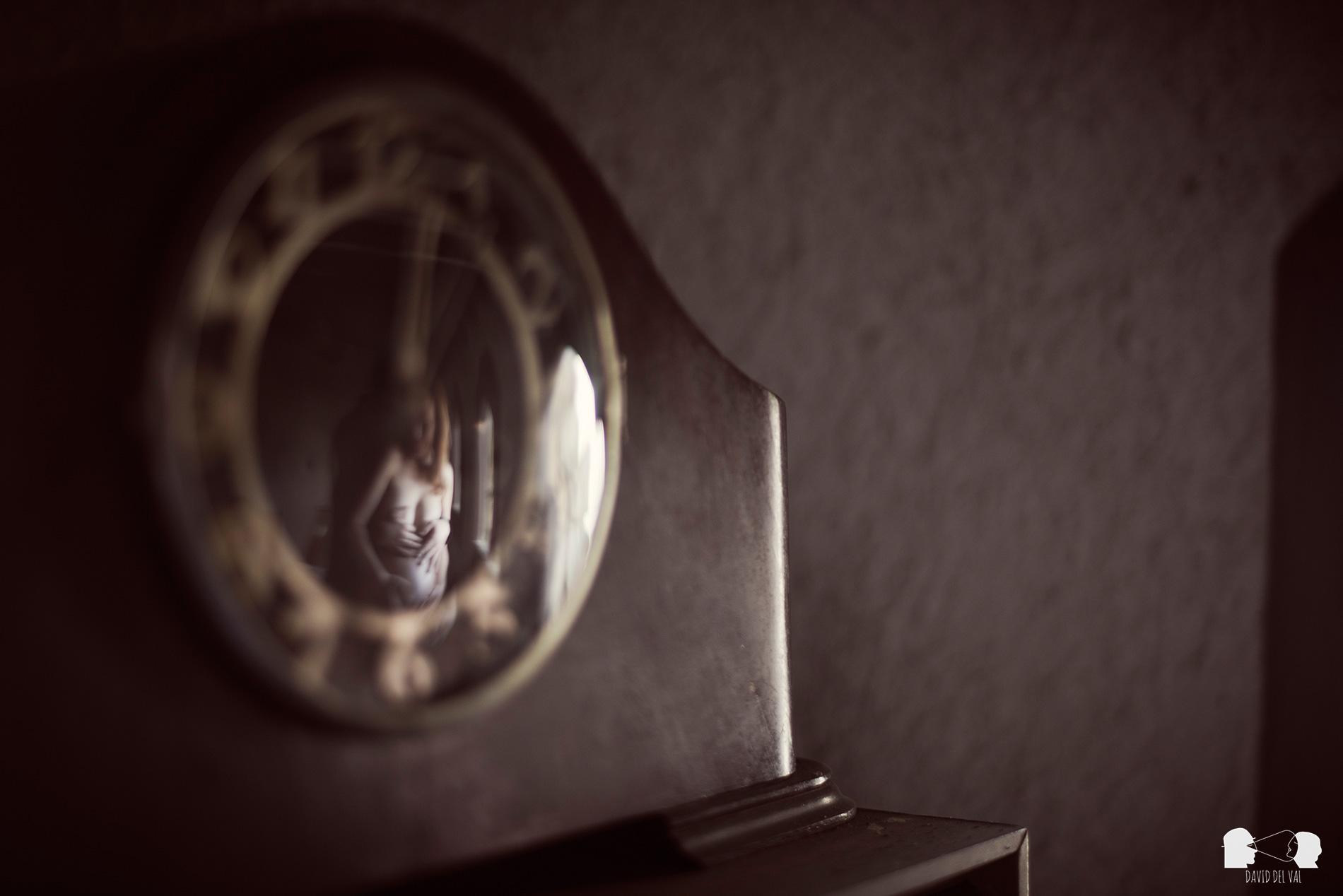 sessio-de-familia-exterios-casa-rural-fotograf-de-nens-sessio-embaras-ambaraçada