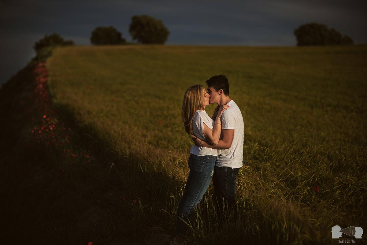fotógrafos-bodas-lleida-barcelona-preboda-rural-amapolas-roselles-06